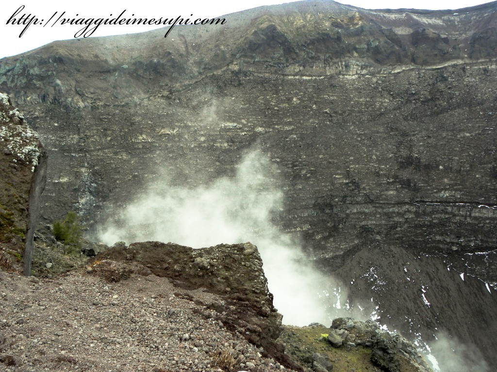 Scalare un vulcano attivo Cratere