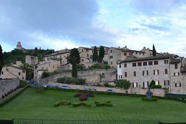 Uno in più, Assisi
